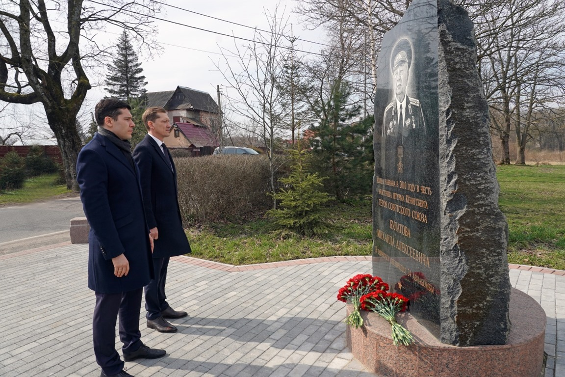 Антон Алиханов почтил память Героя Советского Союза Михаила Булатова