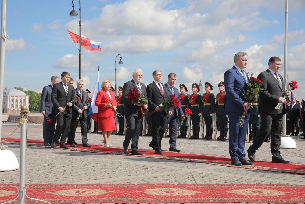 Михаил Романов возложил цветы к Медному всаднику в День города